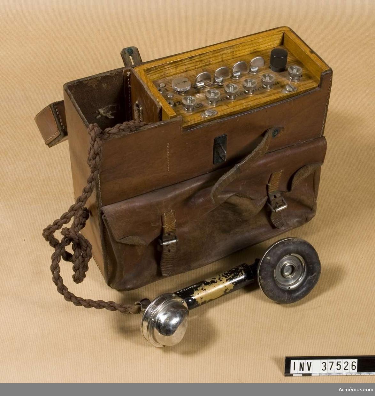 Samhörande nr 37526-8, telefon, hörtelefon, väska. Grupp H I.