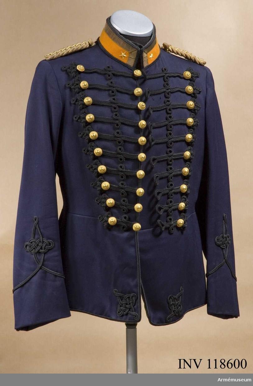 Grupp C I. Uniform för major vid Norrlands artilleriregemente. Består av attila, långbyxor, mössa, käppi, kartuschlåda med rem, plym, pompong, knutskärp.