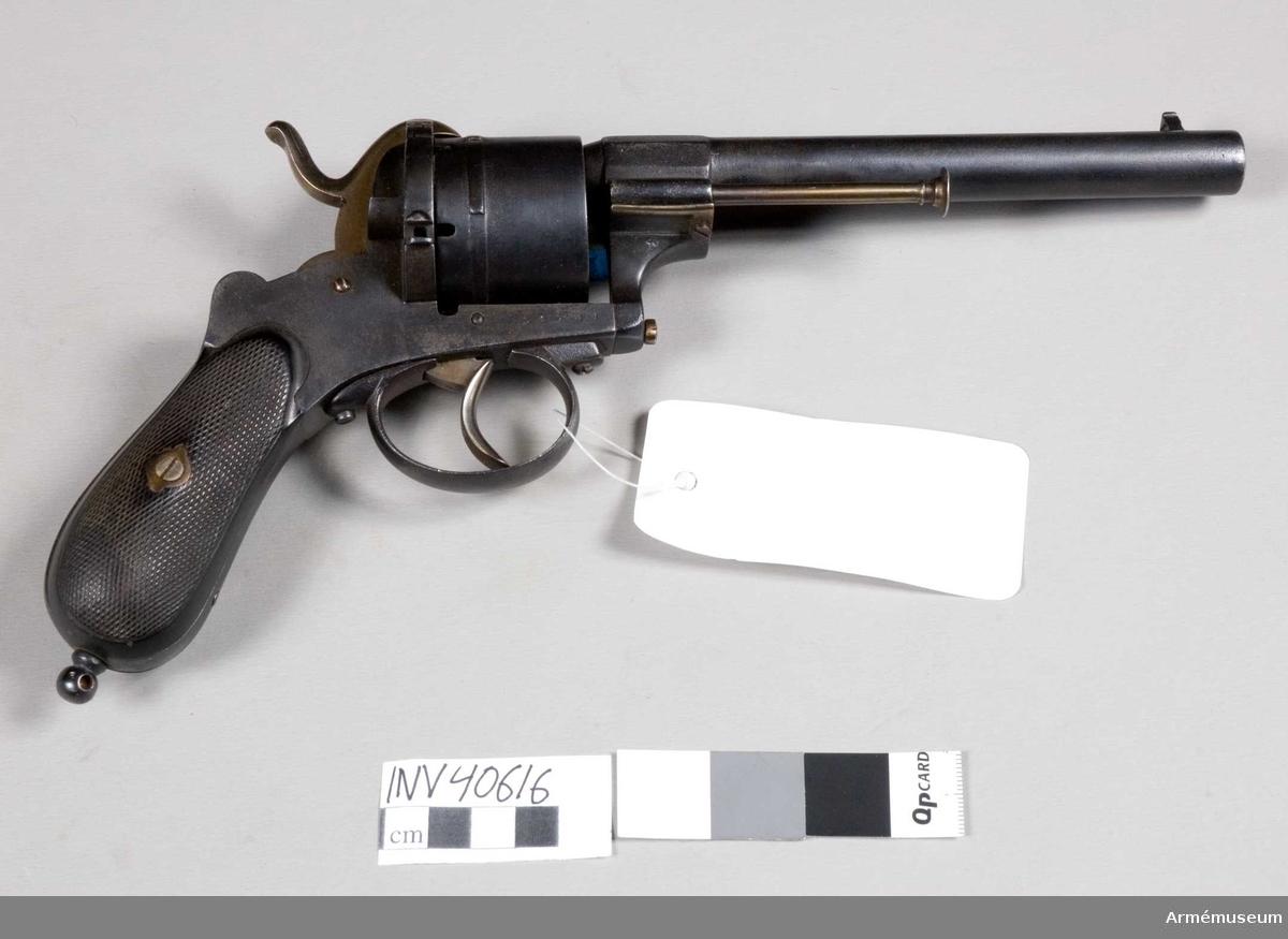 Grupp E III. Stiftantändningsrevolver från 1860-talet för civilt bruk. Pistolen har tydligen varit starkt rostig, har slipats hårt och sedan omblånerats, varför fabriksbeteckningarna troligen är försvunna. Liéges stämpel på trumman tyder dock på att revolvern är tillverkad därstädes. Allt tyder dock på att den är av Lefaucheux konstruktion.Ursprungligen från Stockholms-polisens förråd.