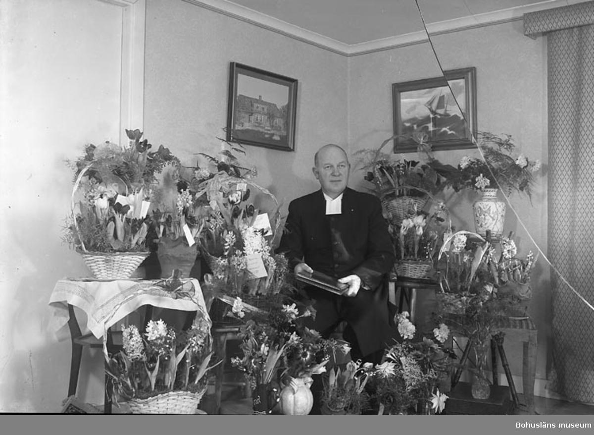 "Enligt fotografens journal nr 8 1951-1957: ""Hjalmarsson, kyrkoadj. Z. Stenungsund""."