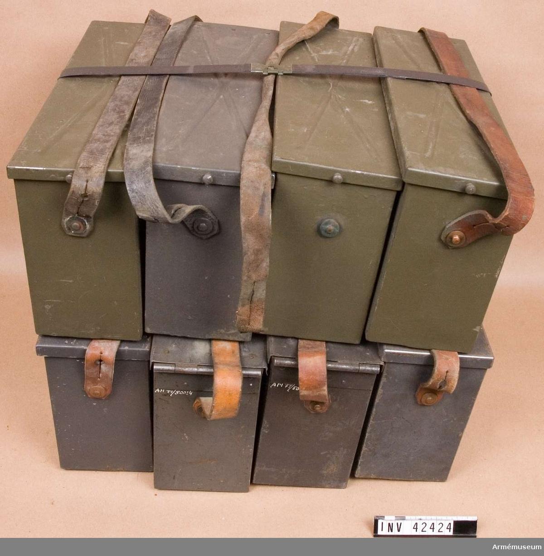 Grupp E IV. Samhörande till kulsprutan finns lavett, bandlådehållare, åtta bandlådor, tillbehörslåda med innehåll, vattenlåda, riktpunkt med tillbehör, pipa i fodral, fyra pipor i trälåda, ångslang, bärband och manteltätare.