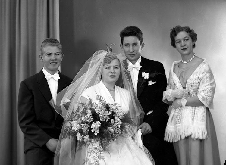 "Enligt fotografens journal nr 8 1951-1957: ""Adolfsson, Brudp. Lars-Erik Stenungsund""."