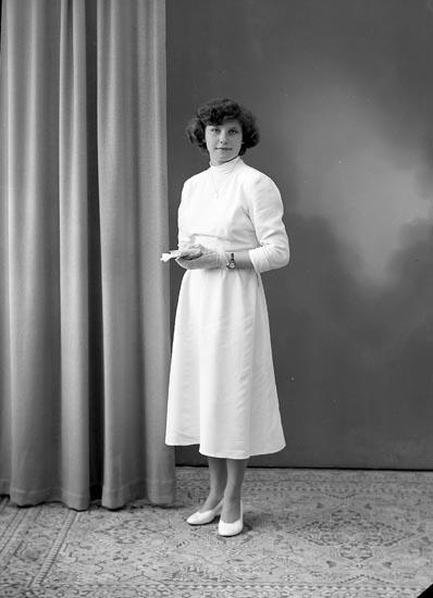"""Enligt fotografens journal nr 8 1951-1957: """"Fransson, Ritva, Gröteröd, Stenungsund""""."""