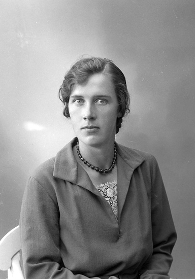"""Enligt fotografens journal nr 6 1930-1943: """"Berntsson, Hanna Stora Skår, Jörlanda""""."""