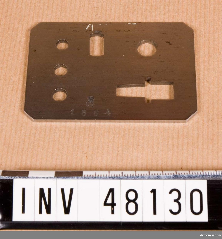Samhörande nr är 48125-37, besiktningsinstrument.  Krypbleck till alla delar av pipa och lås. Grupp E VIII.  Samhörande är besiktningsinstrument till refflat kammarladdningsgevär m/1860-4.  Bestående av låda, kalibertolk, bajonettolk, mynningshylsa, låsskruvskiva, 8 st krutbleck till  alla delar av pipa och lås.