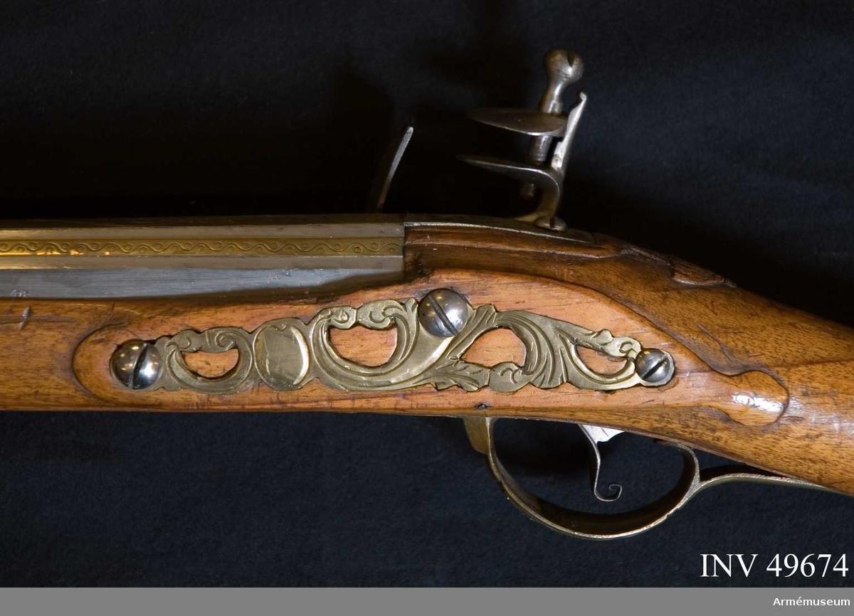 Grupp E XIV. Loppets relativa längd är 74,8 kal.Afrikanskt gevär med flintlås. Inlagt med mässingsornament, lås och beslag är gaverad. På kolven finns nummer 25 och 190.