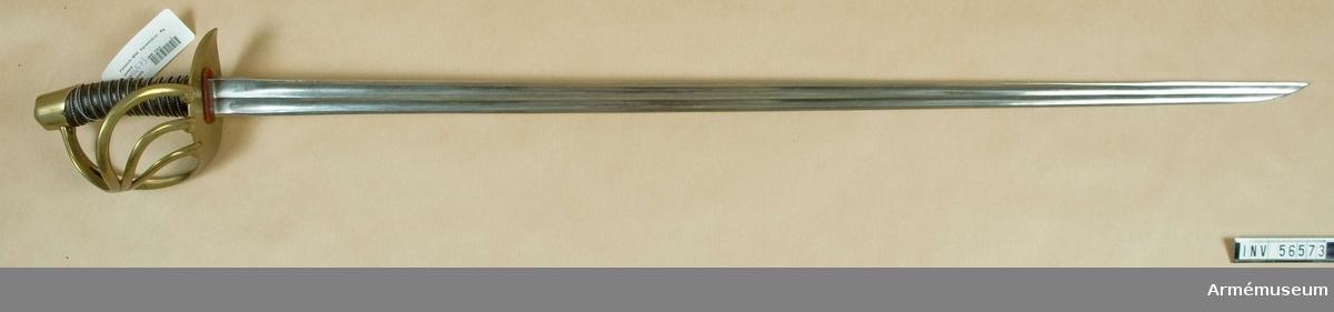"""Grupp D II. Märkt på ryggen med ryska tecken som betyder """"Zlatonst i april  1830"""". Klingan är eneggad, rak, med dubbel skålslipning. Överst på klingans yttersida förekommer märkning - se bilaga, 1. Fästet är av mässing och har tregrenad parerplåt. På handbygelns yttersida förekommer tre stämplar - se bilaga, 2."""