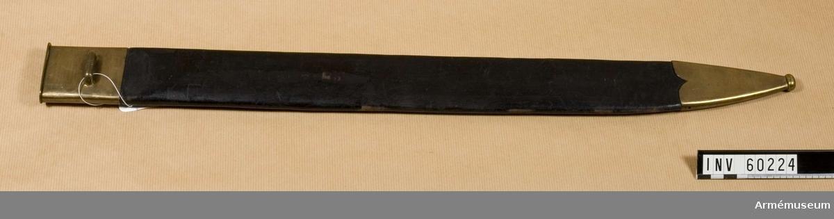 Grupp D II. .Huggaren är en förändringsmodell år 1866 från 1851 års  änterhuggare.Baljan är klädd med svart läder och har munbleck och doppsko av mässing. Doppskons övre kanter är profilerade. Munblecket har på utsidan en horisontell ögla för kopplet. På denna ögla är numret 14 inslaget.