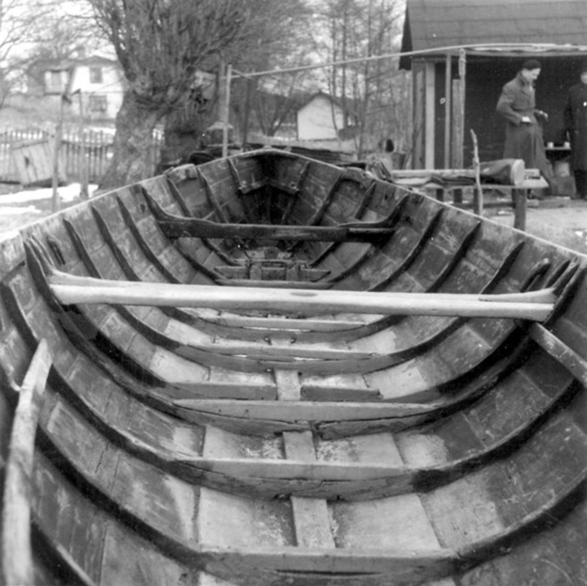 Skrivet på vidhängande papper: Långbåt, byggd av Jansson på Stegesund år 1892.