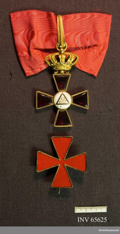 Grupp M II.  Ordenstecken att bäras om halsen. Ett St Georgekors av röd emalj med gyllene kanter, lika på båda sidor. I korsets mitt en rund glob av vit emalj, omgiven på åtsidan av en urholkad, rännformig guldkant och på frånsidan av en slät dylik. På det vita fältet på åtsidan finns två utsirade mot varandra vända, om varandra virade C, därinom XIII, allt i upphöjt guldarbete.  Frånsidan: en i cirkel inskriven liksidig triangel av blå emalj, inneslutande ett B i guld, något utsirat. Ovanpå korset en gyllene kunglig krona med ögla och bandhållare, ornerad med en pärlrand längs efter. Bandets bredd 60 mm.