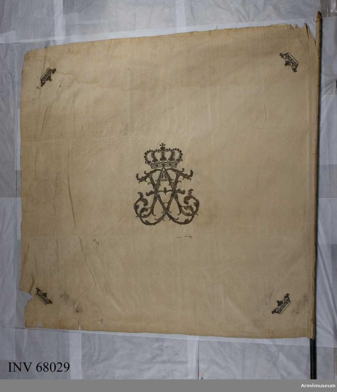 Duk: Tillverkad av vit sidentaft.  Dekor: Broderad lika på båda sidor: i mitten Adolf Fredriks namnchiffer under sluten kunglig krona. I hörnen små öppna kronor. Kantad med snodd av vitt silke.  Stång: Tillverkad av blåmålad furu.