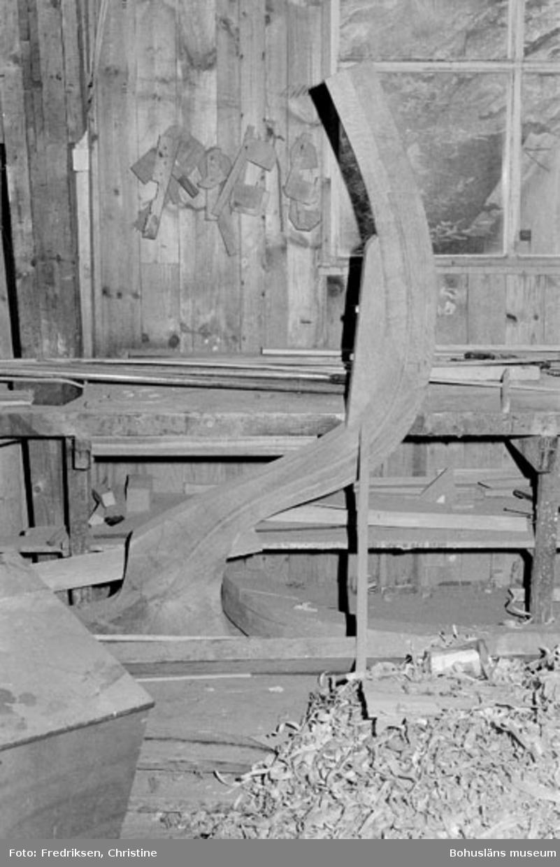 """Motivbeskrivning: """"Allmags varv, Allmag Interiör från båtbyggarverkstaden. På bilden syns akterstäv till en snipa."""" Datum: 19800710 Riktning: N"""