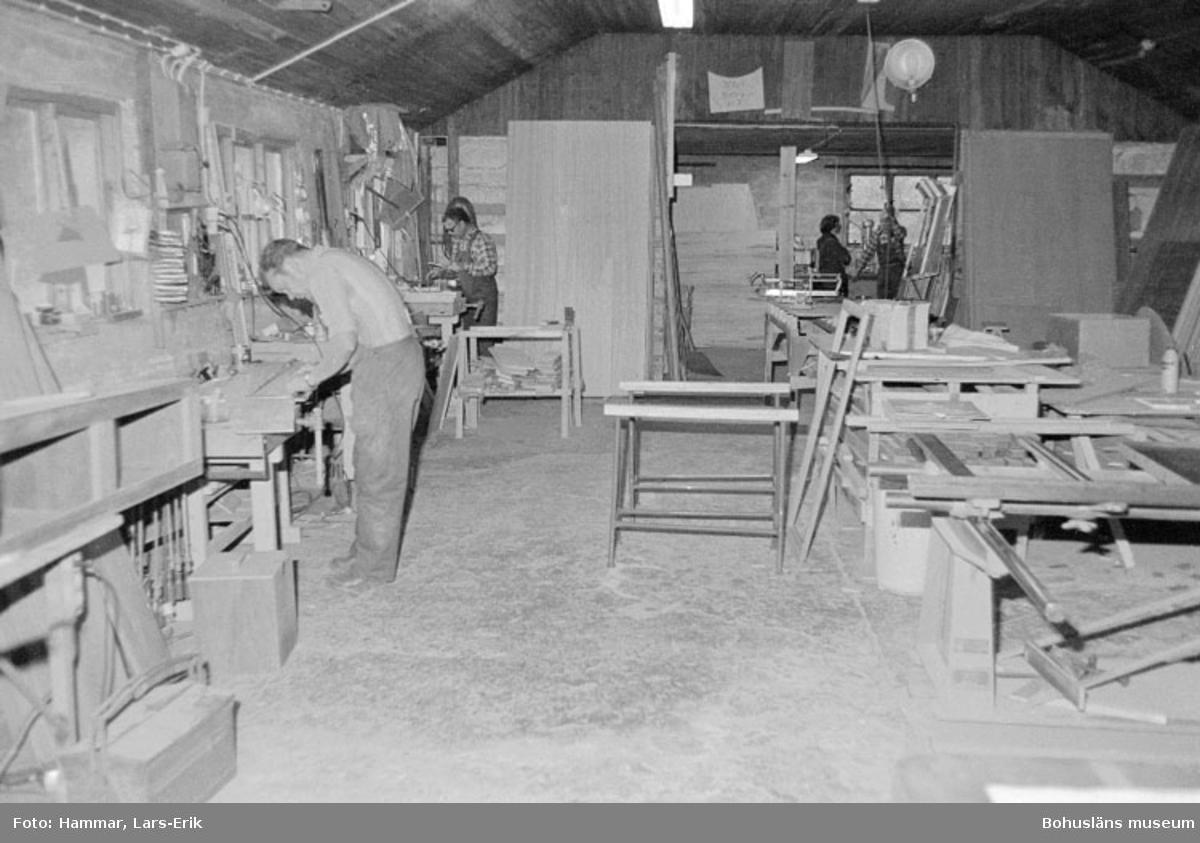"""Motivbeskrivning: """"Widholms industri AB, översikt över maskinsnickeriet. På bilden syns Rune Larsson."""" Datum: 19800911"""