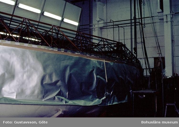 """Motivbeskrivning: """"Gullmarsvarvet, Lysekil. (fotograf: Göte Gustavsson).""""  """"Bild från sprutrum."""" Datum: 1980-10-30."""