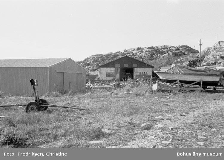 """Motivbeskrivning: """"198005. Bovallstrands Varv & Mekaniska Verkstad, Strömstad. Nyare byggnader belägna på verkstadsområdet""""."""