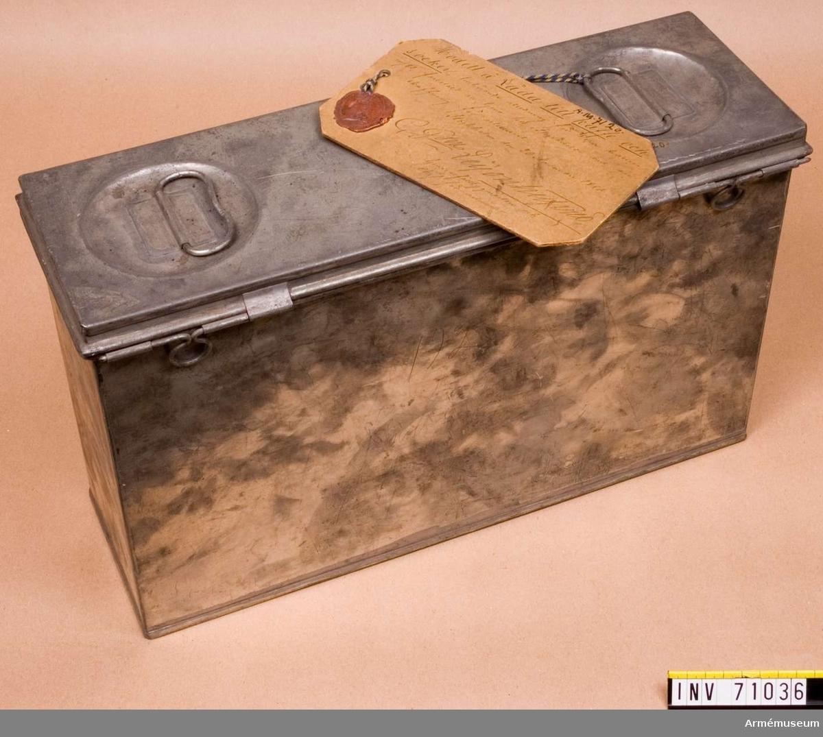 """Grupp C II.   Modellapp: """"Modell å Låda till kaffe och socker, tillhörande utredning för 8 cm batteri m/1881, faststäld att tjena till efterrättelse  vid anskaffning för artilleriet. Stockholm den 20 November 1881 C, Gson, Leionhufvud Generalfälltygmästare och Chef för Artilleriet"""""""
