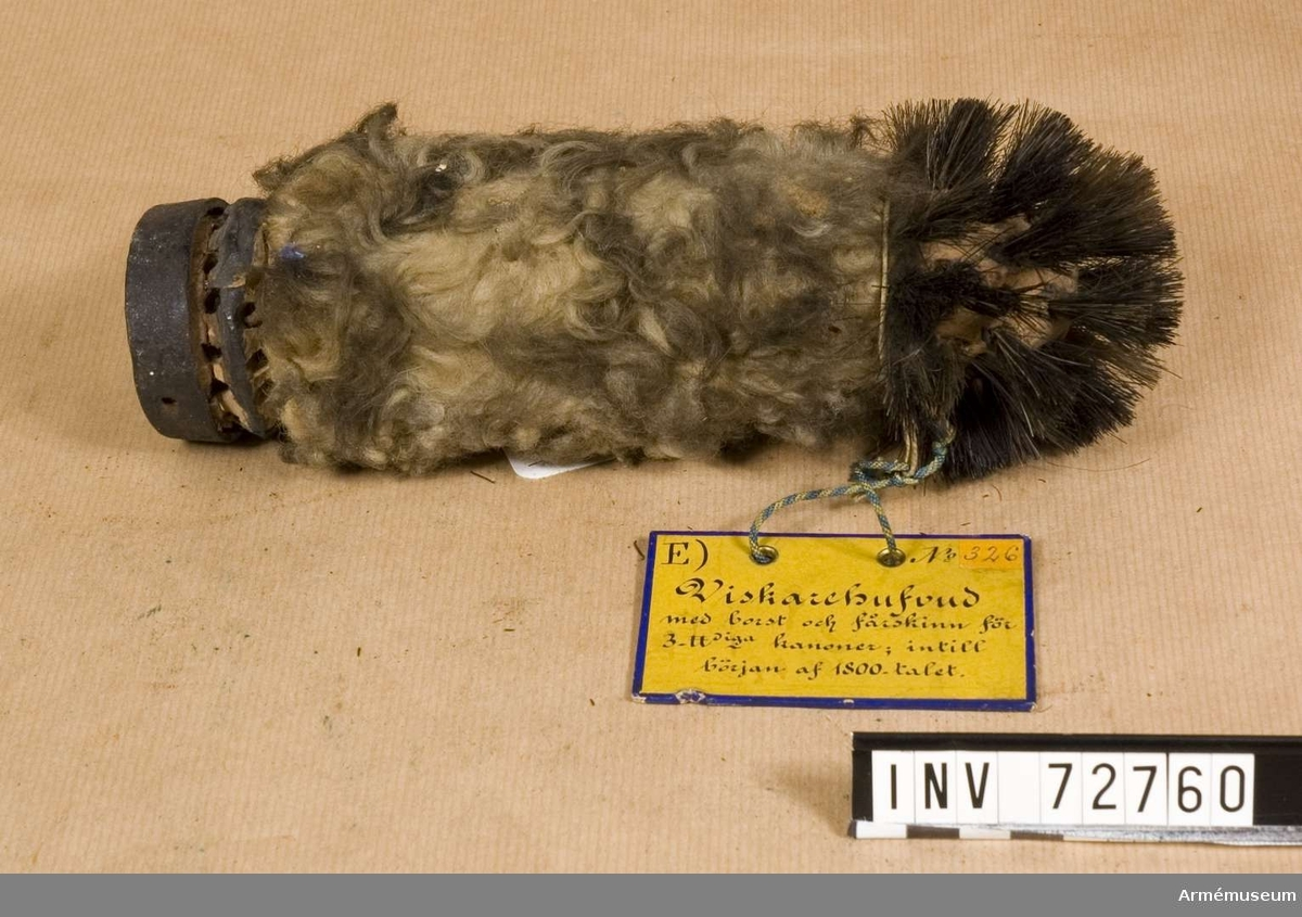 Grupp F:III.  Bakre delen klädd med fårskinn, den främre med borst.  Viskarehuvud m borst o fårskinn 3-p kan 1800-b