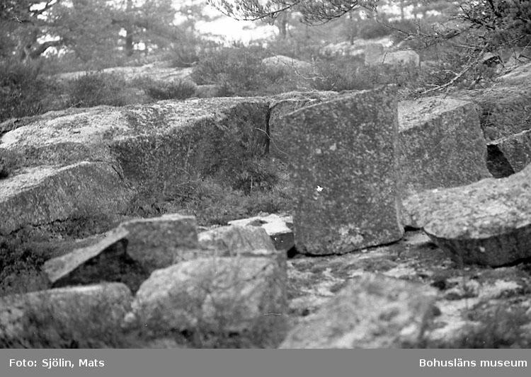 """Bohusläns samhälls- och näringsliv. 2. STENINDUSTRIN. Film: 5  Text som medföljde bilden: """"Div. småbrott ost. Dynekilen. April -77. Bild 151-169 mindre stenbrott beläget på 75 m kurvan strax norr om Hälle och E6:an. Marken tillhör Johan Dynefors som kan lämna närmare uppgifter om brottet."""""""