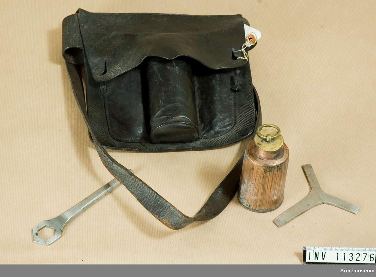 Grupp F:III. Gehäng, av svart läder, tillhör utredningen för svenska raketkåren 1833-1845 innehållande: 1 st oljeflaska av koppar, 1 st. skruvmejsel, 1 st. skruvnyckel.