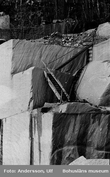 """Bohusläns samhälls- och näringsliv. 2. STENINDUSTRIN. Film: 18  Text som medföljde bilden: """"Hillern storbrott, nedlagt. April 1977."""""""