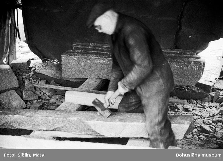 """Bohusläns samhälls- och näringsliv. 2. STENINDUSTRIN. Film: 23  Text som medföljde bilden: """"Arbete med handslägga. April 1977."""""""
