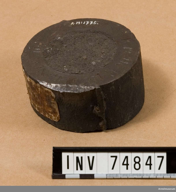 Grupp F V.  Provstång till två 12-pundiga kanoner m/1833 med gjut n:ris 9 coh 10, gjutna i samma utslag vid Finspong 1856 och tillhörande samma leverans som n:ris 1772 och 1773.