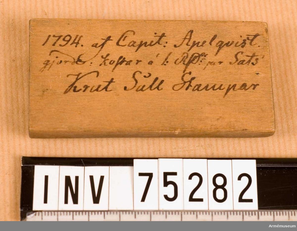 """Grupp F.V.  3.st. krutsållsstampar m/1788. Tolkar för hålen i krutsåll tillverkade 1794 avsedda för Husqvarna Krutbruk.  Botten märkt: """"1794 af Capit: Apelqvist gjorde kolfar à 1RD per sats. Krut Såll Stampar.""""  Lock märkt: """"Husqvarna Kr: bruk"""""""