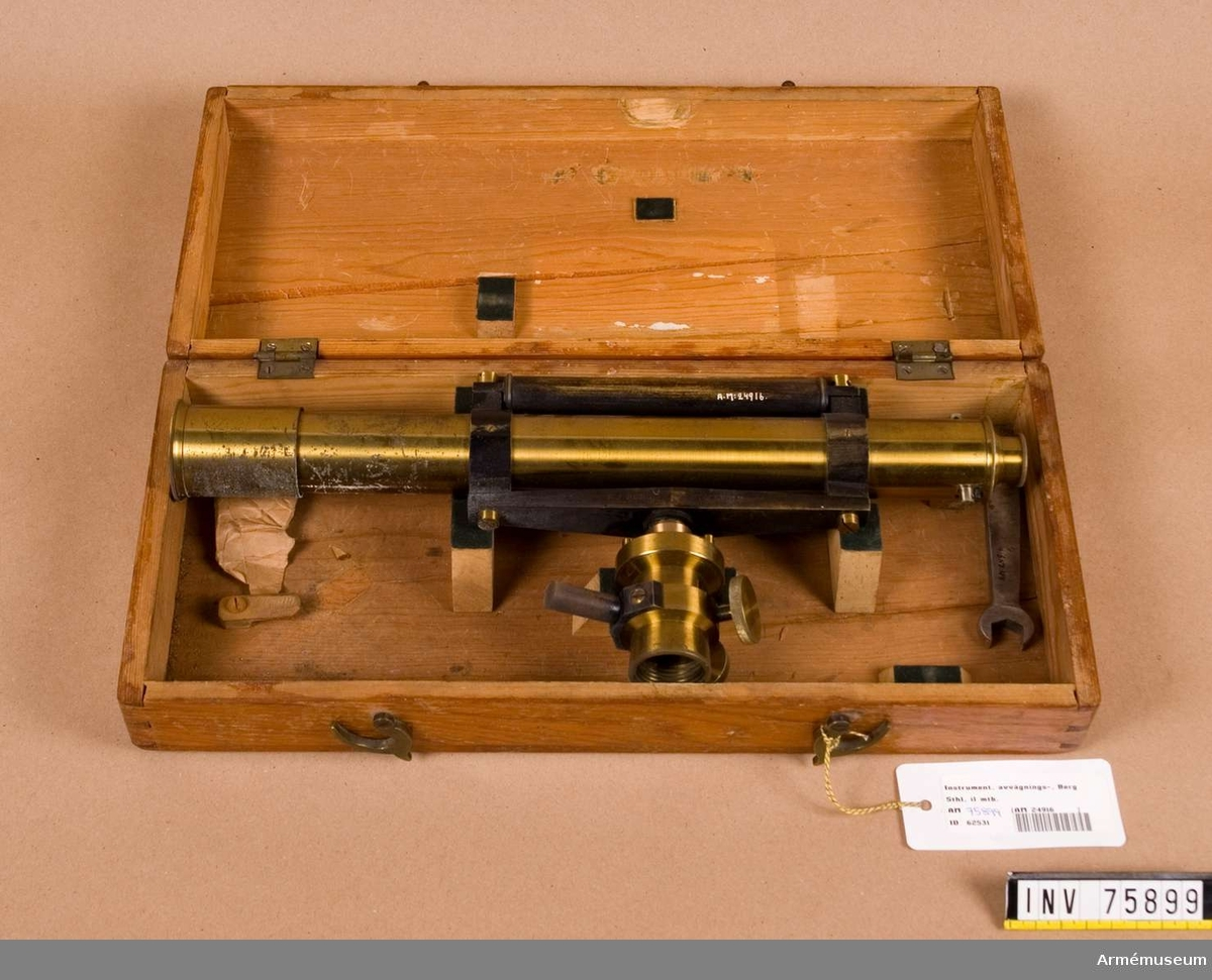 Grupp G IV. Avvägningsinstrument i låda med stativ och stång,1800-talets senare hälft.