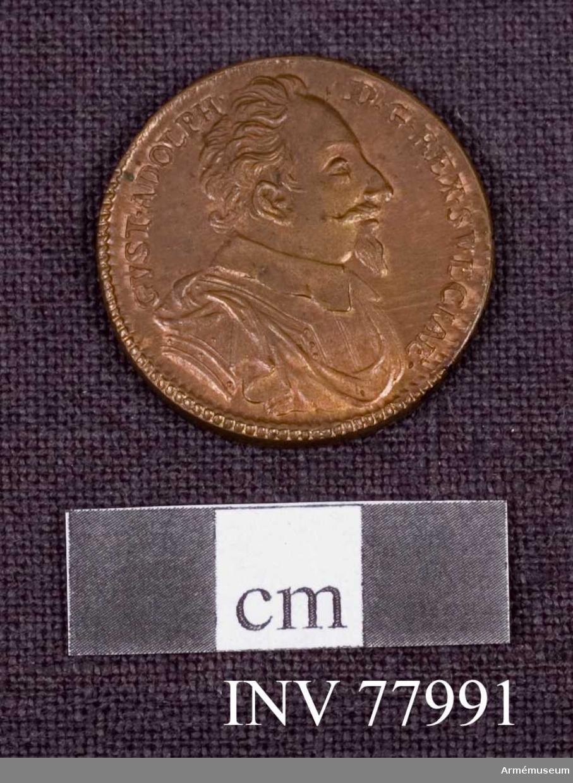 Grupp: M.  Åtsidan: GVST ADOLPH DG REX SVECIAE. Bröstbilden åt höger i harnesk och mantelveck, liten, slät, svagt veckad krage.  Frånsidan: CADENS OBSTANTI. DAT. CASVM. En rund pelare, på vars topp vilar en kunglig krona, avbrytes av en ljungeld och faller. I avskärningen: AD LVTZENAM D. 6 NOV. 1632.  Kopia. Beskrivning av Peyron (komp. Prn).