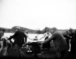 """Enligt fotografens noteringar: """"Ringdans kring Artur Cöster"""