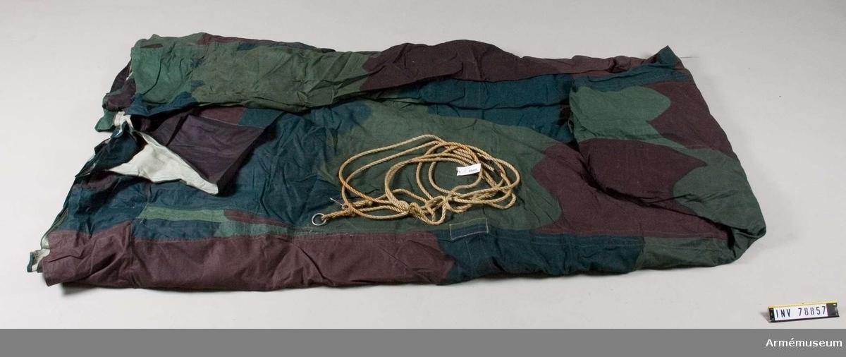 Grupp I   IV.  Skydd (camoflage) färg omkring ca 20 m. Kappan 30 cm och där 2 m mellan fastsättningsanordning - sadelgjord och järnring. Insidan är grå. Tryckt färg på framsidan. Vändsömn. 1,60 cm från botten är en sadelgjord fastgjord runt hela tältet. Därifrån utgår väldiga grova krokar. Fästen på baksidan.