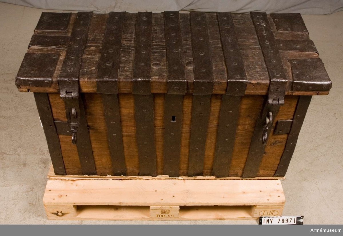 Grupp I IV. En för trossen avsedd , omålad träkista med många starka järnbeslag och nitar, fast lås med nyckel och dessutom anordningar för två hänglås.
