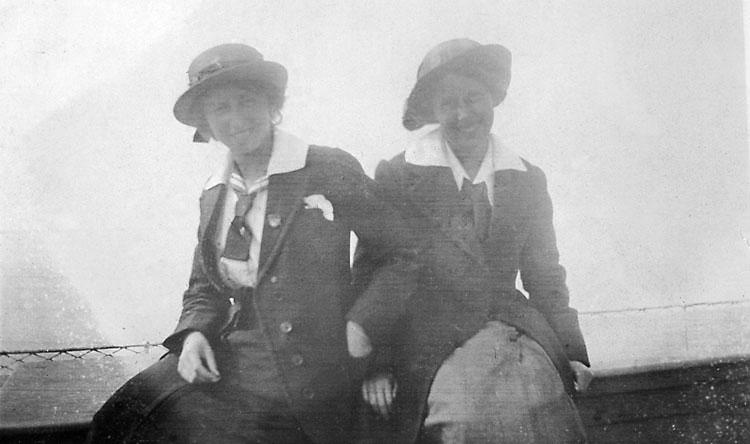 Två kvinnor sitter bredvid varandra