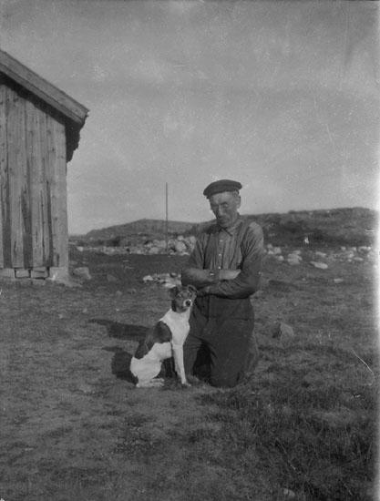 """Enligt tidigare noteringar av Erik Karlsson : """"Patrik Börjesson med sin hund""""."""