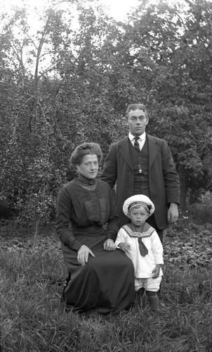familj i trädgården