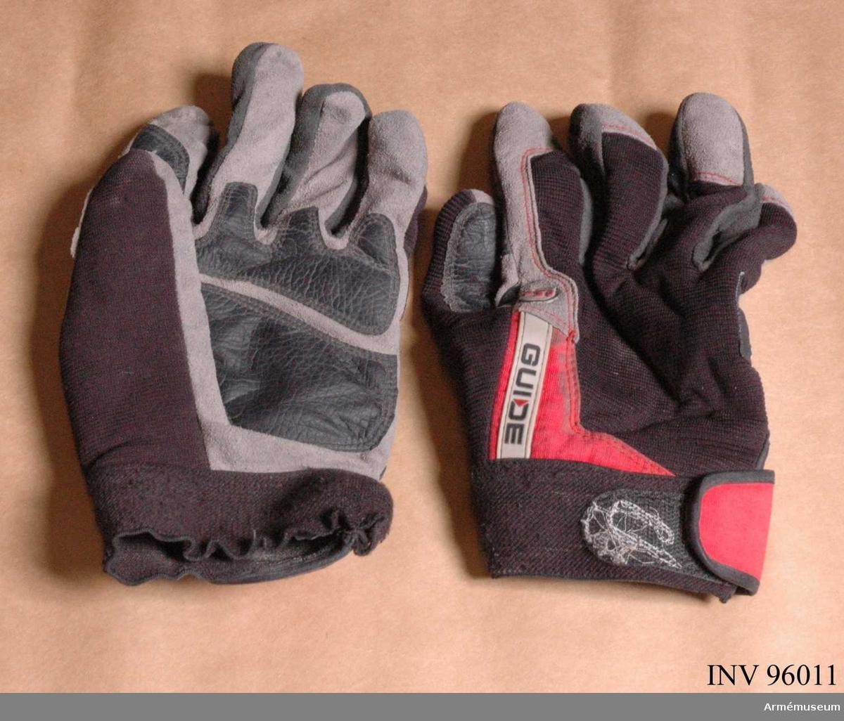 """Tillverkade i trikå, mocka och skinn. Av märket """"Guide"""", märkta """"winter"""". Höger handske av storlek 10 och vänster av storlek 11. Ligger i väska numer två från höger i kroppsskyddet (AM.096007)."""