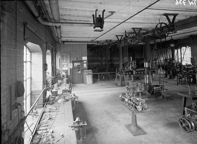 """Enligt tidigare noteringar: """"Interiör från maskinhall, Uddevalla Tändsticksfabrik. Maskin-reparationsavdelning."""""""