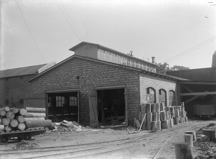 """Enligt tidigare noteringar: """"Uddevalla Tändsticksfabrik byggnad vid virkesupplag öster om Östergatan."""""""