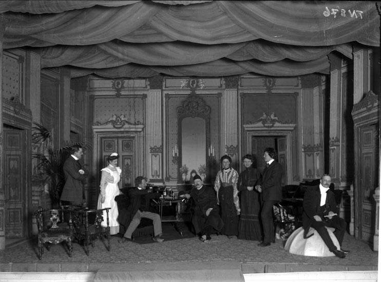 """""""Scen ur pjäsen """"Människovännen"""" på Uddevalla teater, spelad av amatörer."""""""