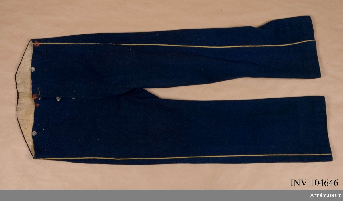 Grupp C I. Byxor av mellanblått kläde med gul passpoal och fodrade med grått tuskafat linne.  Go 30/12 1854 (Sappörkompaniet).