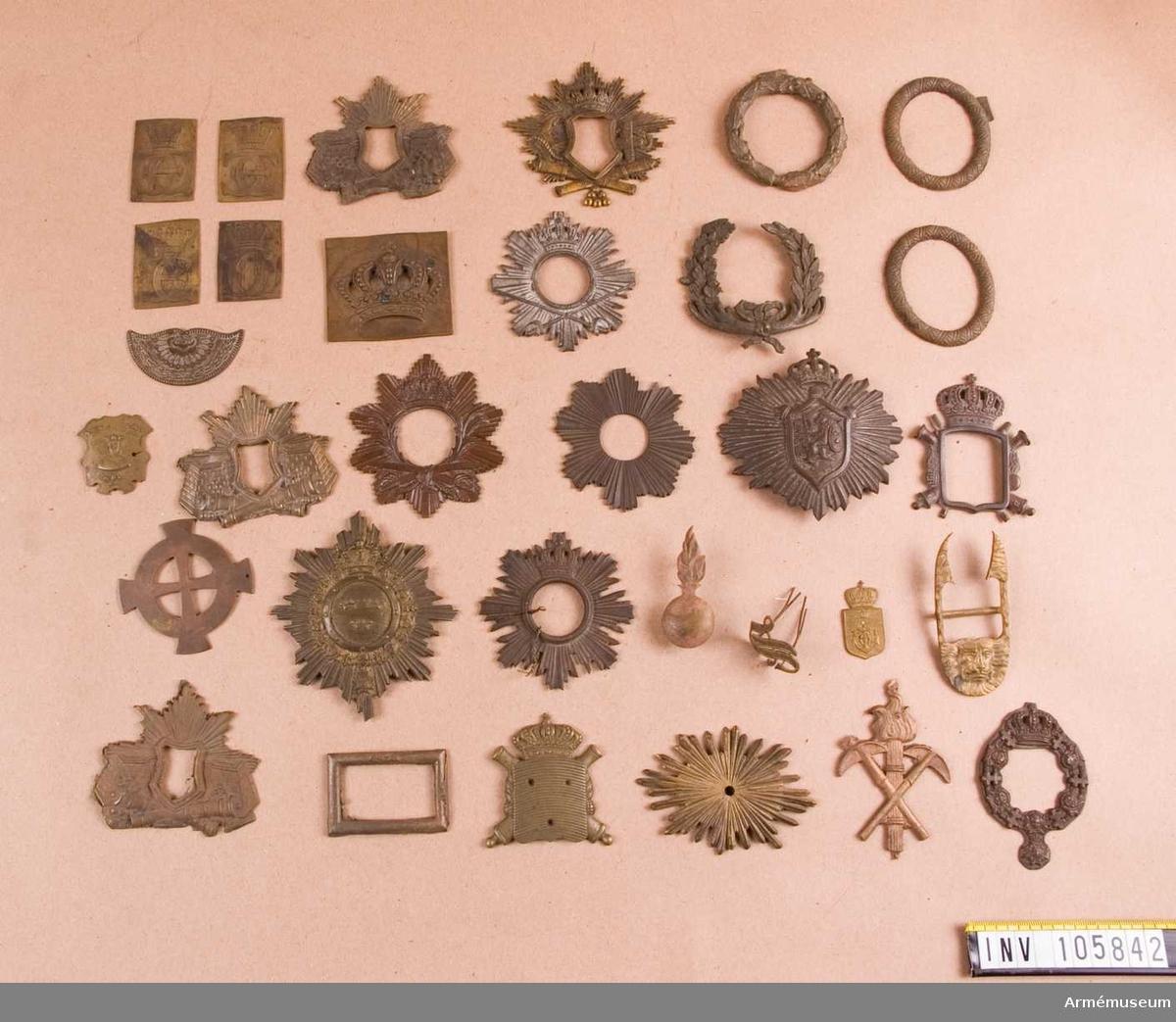 Beslag till kartuschväskor och remmar, samt ett antal obekanta. Bland annat ingår beslag till kartuschväskor för Wendes artilleriregemente, kavalleriet, kustartilleriet, Karlsborgs artilleri och för jägmästare.