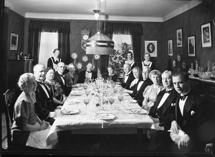 """Uppgift enligt fotografen: """"Uddevalla. Middagsbord, Apotekaren Rudbäck."""""""