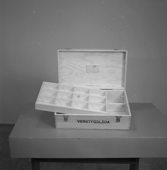 "Text till bilden: ""Lampindustri. Lysekil. Verktygslåda. 1945.12.04""."