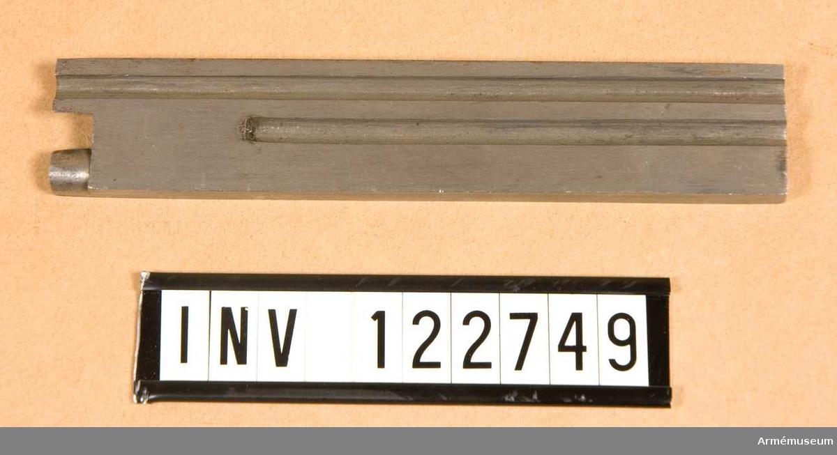 23 X 125 X 6 mm. Med filade spår.