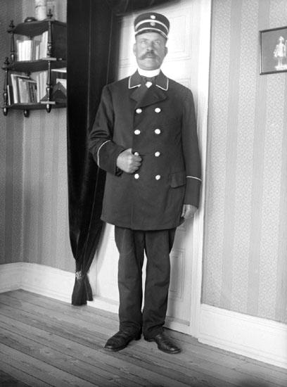 """Enligt senare noteringar: """" Konduktör Andersson i rock. Taget i hans bostad, 2/7 1915."""""""