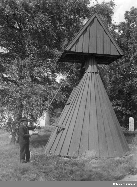 """Text på kortet:""""Klockaren vid klockstapel, Ljungs kyrka?""""."""