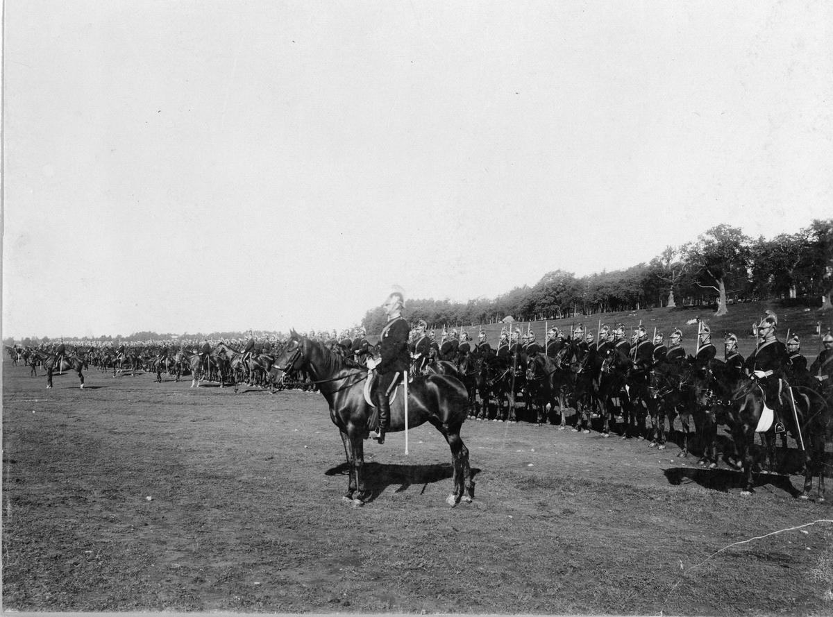 Livregementets dragoner uppställda till häst på Ladugårdsgärdet, 1890-tal.