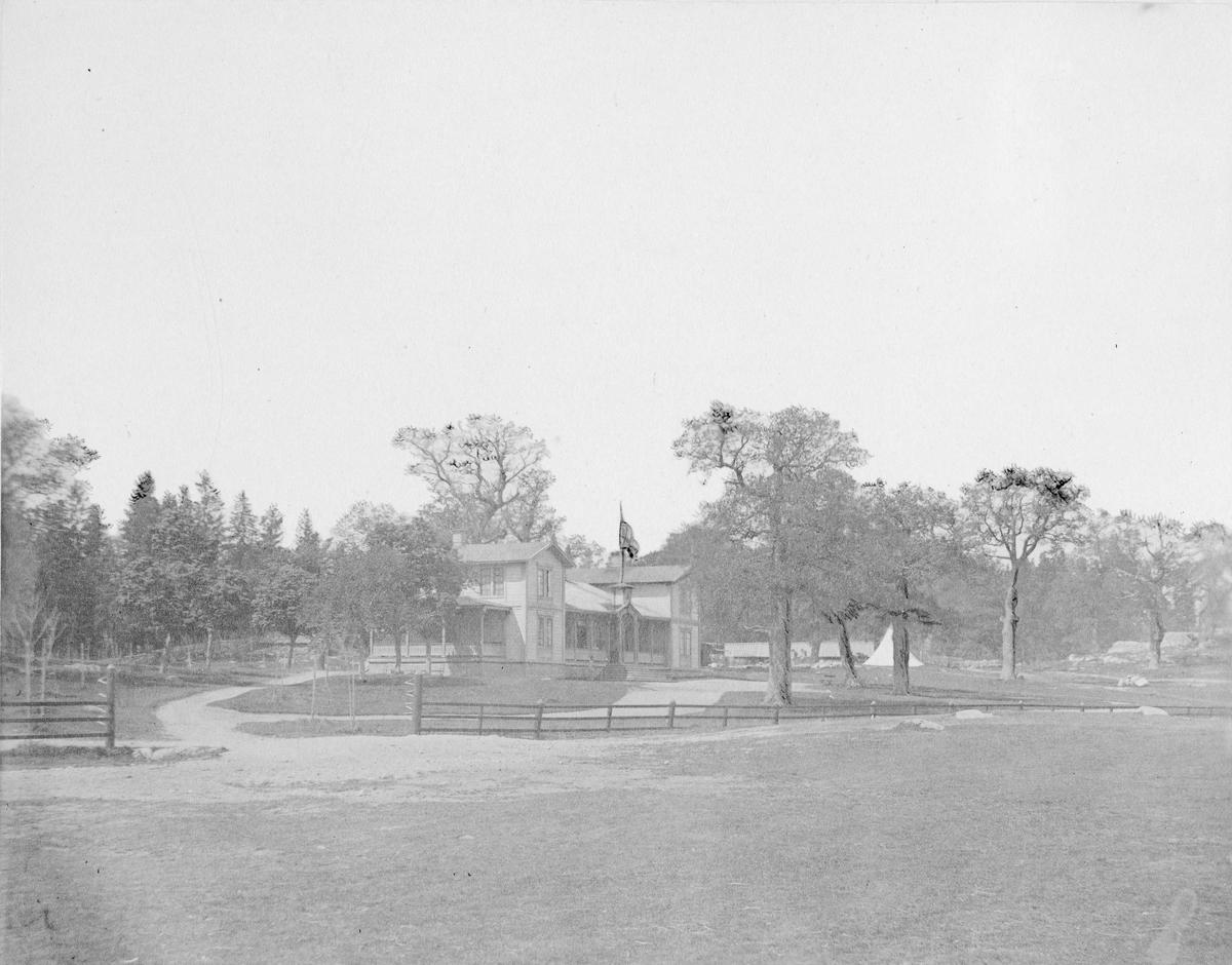 Officerspaviljongen vid Utnäs Löt, byggd på sekundchefen friherre Henrik Falkenbergs initiativ. Byggnaden fungerade vid tiden för fotografiet som mötesplats för Västmanlands infanteriregemente I 18.