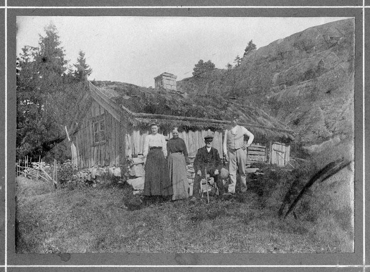 """Text på handskriven papperslapp: """" 1. Axia Vilhelmina Andersson 21/5-1894  2. Kristin Andreasdotter  Hedekärr i Brodalen  Före 1914""""."""