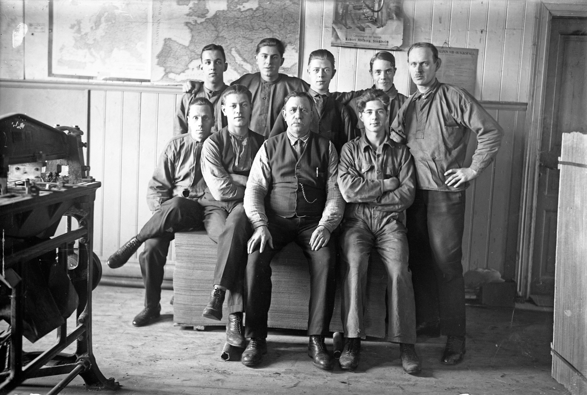 En grupp arbetare på kartongfabriken vid Västra tändsticksfabriken i Jönköping. Övre raden: Elof Ljungqvist (2), Erik Kind (5). Nedre raden: Förman Albert Karlsson (5).